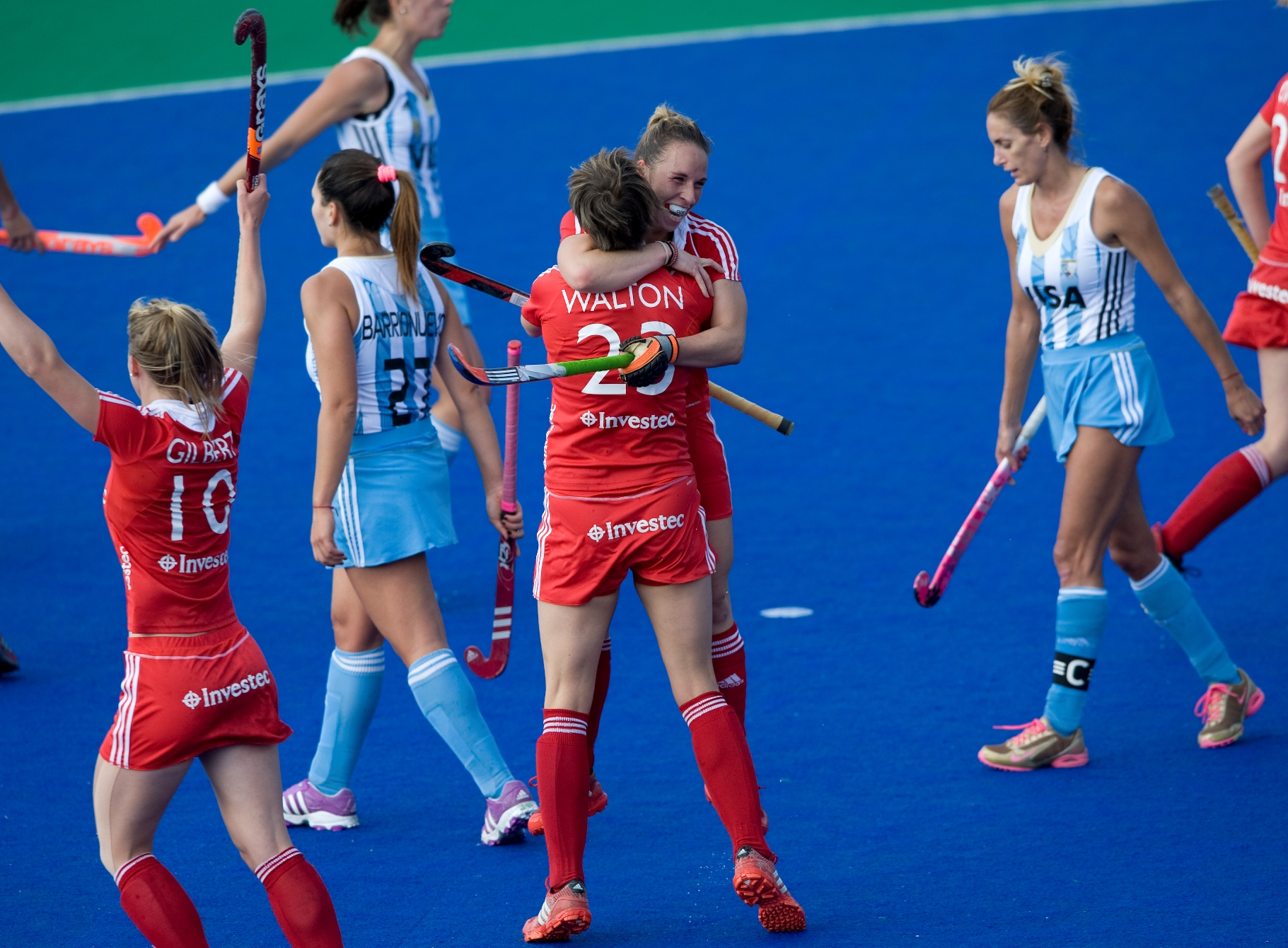 Susie Townsend celebrates as shemakes it 4-2 to England against Argentina at the Investec World League.jpg