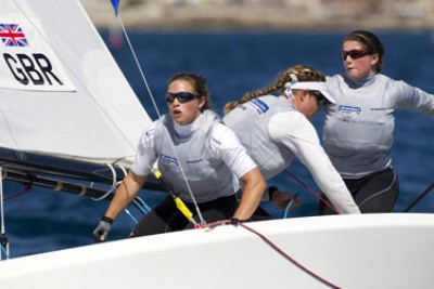 Women sport news - GBR sailors advance on a light wind day in Hyeres